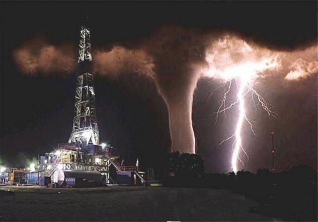 Фотография торнадо на фоне молнии на самом деле реальная. Она была сделана Фредом Смитом во Флориде 15 июня 1991 года. А вот нефтяная вышка была добавлена позже в Фотошопе.