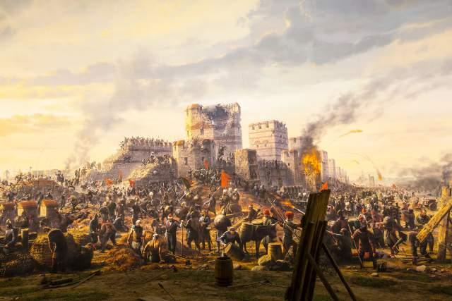 В 1453 году город был осажден турками, и кто-то случайно оставил одни из ворот открытыми, что позволило туркам проникнуть внутрь. Жители были перебиты или порабощены, был убит и император Константин Xl.
