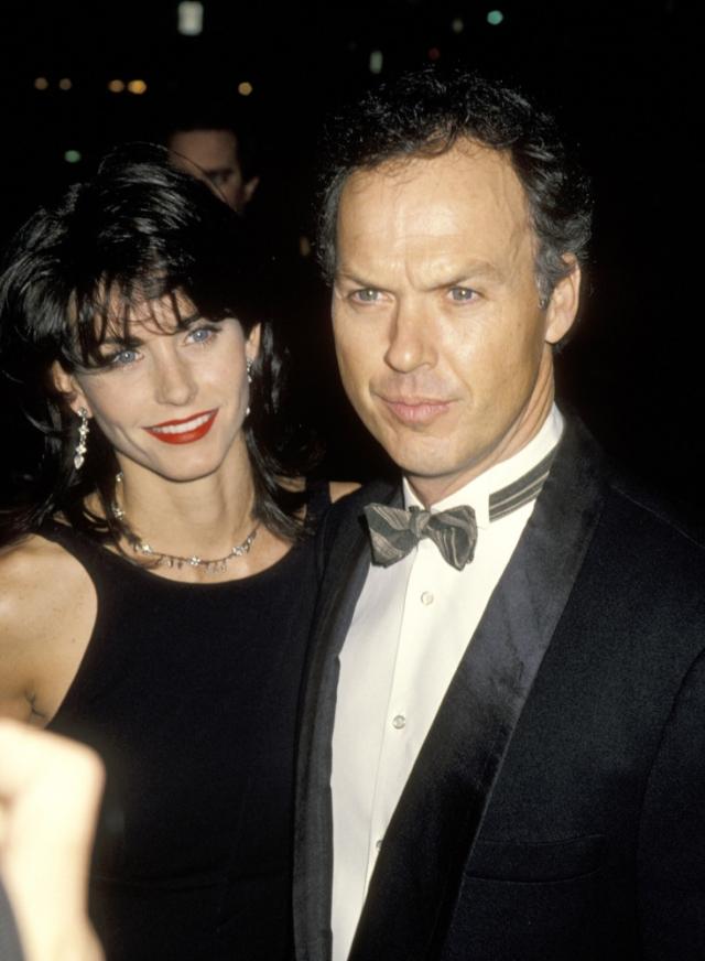 Кортни Кокс и Майкл Китон. Однажды актриса просто попросила их общего знакомого передать Майклу, что она буквально в полном восторге от его работы в фильме. И с 1989 года Кортни и Майкл встречались в течение почти шести лет.