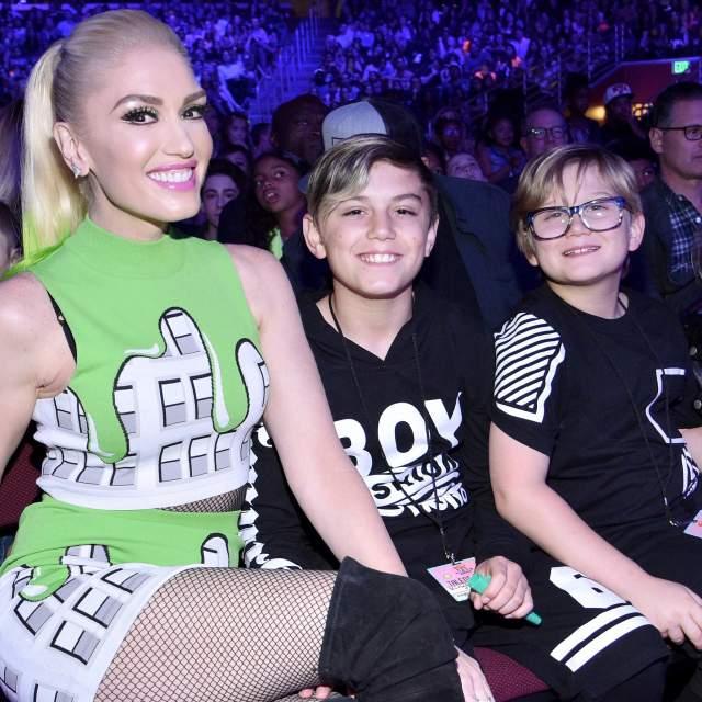 Гвен Стефани. Певице уже 48 лет, а рядом с сыновьями-подростками она выглядит как их стильная старшая сестра.