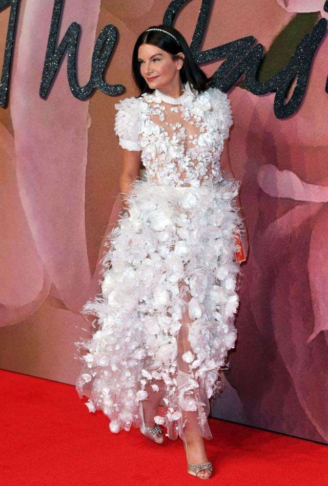 Американская бизнесвумен Натали Массенет , видимо, очень хотела почувствовать себя невестой, поэтому для модного события года выбрала подвенечный наряд.