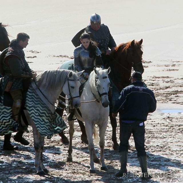 """Причем на съемках """"Белоснежки и охотника"""" ей снова пришлось сесть на лошадь. Стюарт, хоть и снялась во всех положенных сценах, но от страха не избавилась."""