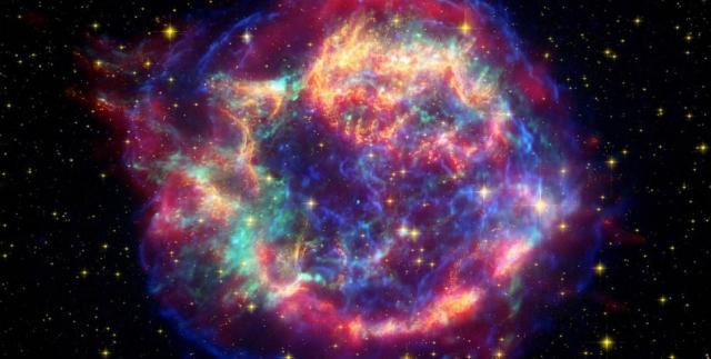 """Кассиопея A. Этоизображение, полученное с трех """"Больших обсерваторий НАСА"""", показывает звезду, погибшую в пламенной вспышке сверхновой Кассиопеи А."""