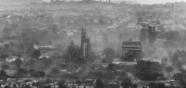 Взрывом, оцениваемым в десятки тонн в тротиловом эквиваленте, емкость была разрушена, бетонное перекрытие толщиной 1 метр весом 160 тонн отброшено в сторону, в атмосферу было выброшено около 20 млн кюри радиоактивных веществ.