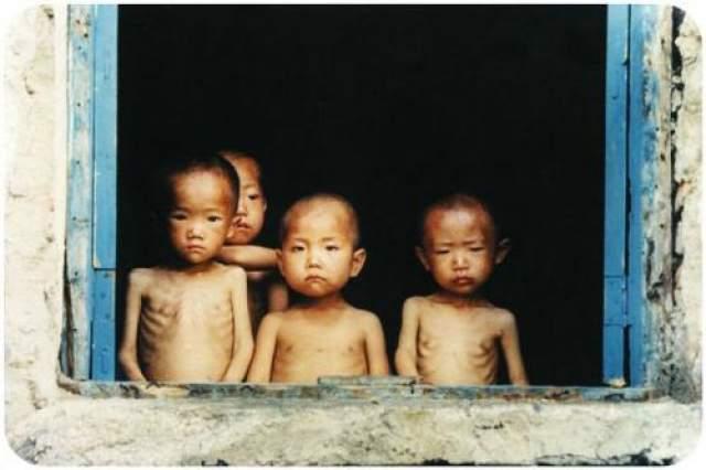 Северокорейские эксперименты Неоднократно в прессе мелькали статьи об экспериментах над заключенными людьми в Северной Корее, но правительство этой страны упорно их отрицает, мол к своим заключенным они относятся гуманно. Однако, одна бывшая заключенная все же поведала о некоторых случаях, таким как например, эксперимент с поеданием отравленных капустных листов, после чего у 50-ти здоровых заключенных случилась кровавая рвота и кровоизлияние, а после те скончались.