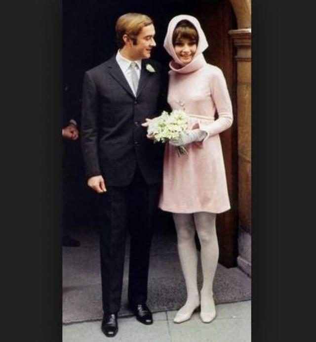 Одри Хепберн. В 1969 году подвенечный наряд со второй брачной церемонии актрисы вызвал множество пересудов. Это сейчас подобное футуристическое платье и косынка в тон не кажутся чем-то необычным.