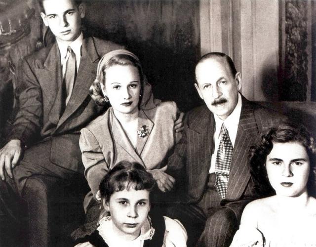 У них родился сын и две дочери. Грянула Вторая мировая война. Кальман с семьей эмигрировал. Америка встретила неласково: там царил джаз и оперетты никого не интересовали.