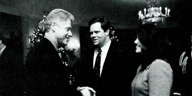 Линда Трипп, которая была близкой подругой Моники, обнародовала телефонные разговоры с Левински, в которых та делится подробностями ее отношений с Клинтоном.