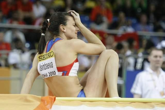 Год за годом Исинбаева лишь улучшала свои результаты. На сантиметр, на два, порой на десять, - но она прыгала выше и выше. Недаром 6 марта 2012 года СМИ признали ее одной из самых успешных действующих спортсменок России. Однако на соревнованиях в индийской Дохе ее постигла неудача, на время Исинбаева отошла от дел.