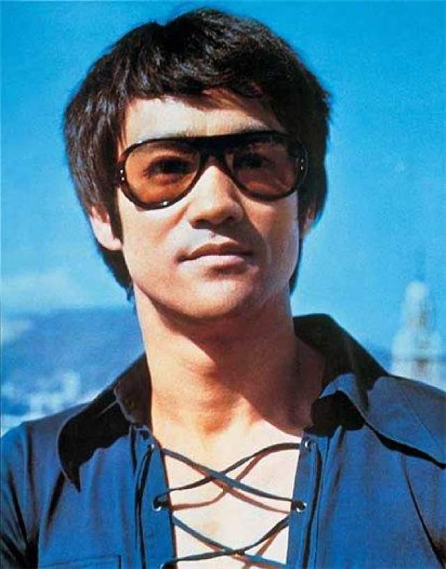 """Семья Ли Мастер боевых искусств, Брюс Ли, принял лекарство от головной боли, у него развилась аллергия, и он скончался от отека головного мозга (по одной из версий) в возрасте 32 лет, находясь на пороге мировой славы. Самый известный его фильм, """"Выход дракона"""" появился на экранах лишь через месяц после его смерти."""