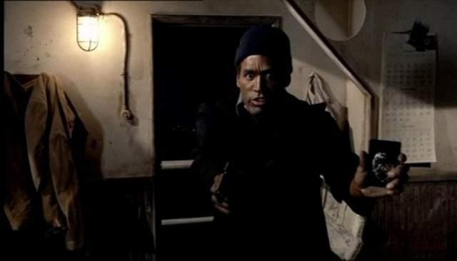 """И хотя последующие три-четыре года раннинг бэк регулярно отмечался наградами, карьера Симпсона шла на спад и логично пришла к комментаторскому ремеслу и съемкам в рекламных роликах. С экранов ТВ Симпсон уверенно шагнул и в залы кинотеатров сначала в триллере """"Козерог Один"""", а затем в комедийной трилогии """"Голый пистолет"""", сделавшей его знаменитым на весь мир."""