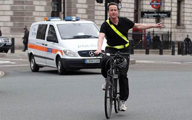Дэвид Кэмерон , премьер-министр Великобритании предпочитал в определенные дни недели ездить на работу на велосипеде. При этом от машины с водителем не отказывался – в ней до работы Кэмерона добирались его вещи.