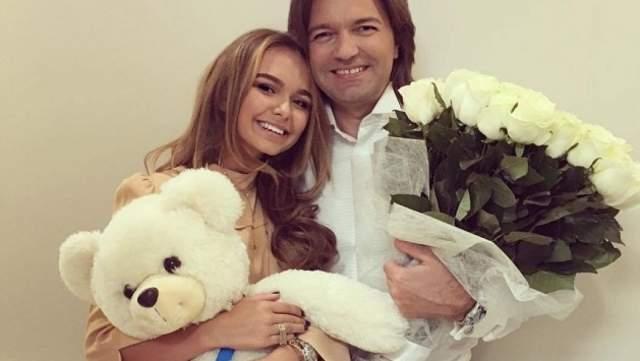 Стефания Маликова 18-и летняя Стефания - начинающая модель и певица. По словам своего отца - Дмитрия Маликова, у его дочери уже есть серьезные отношения с сыном одного высокопоставленного чиновника.