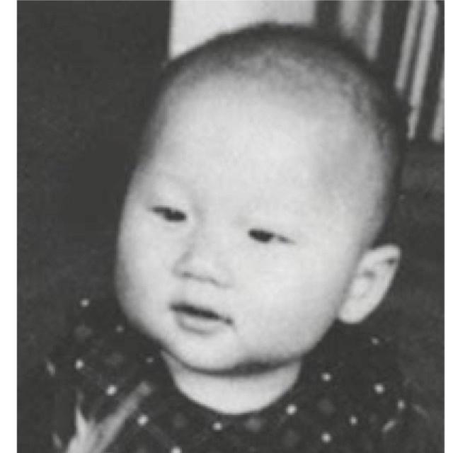 Настоящее имя актера - Чан Кон Сан, но, как он говорит, его отец из-за шпионской деятельности поменял семейное имя, а самое настоящее имя Джеки - Фон Си Лунг.