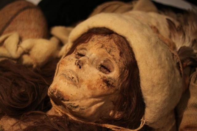 Мумию женщины можно увидеть в музее города Урумчи. Рядом с ней обнаружили захоронение 50-летнего мужчины с волосами, заплетенными в две косы и трехмесячного ребенка с бутылочкой из рога коровы и соской из вымени овцы.