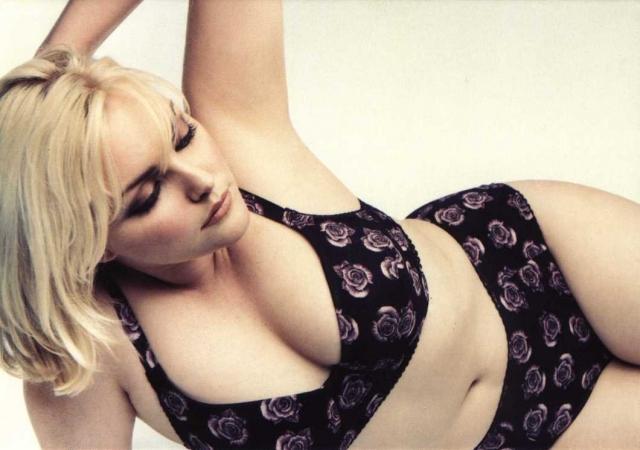 """В 2000 году Том Форд выбрал Софи лицом аромата Opium от Yves Saint Laurent, сняв ее полностью обнаженной, из-за чего рекламу запретили во Франции и Англии. Форд так объяснил свой выбор: """"Я хотел выбрать женщину, которая бы выглядела так, что будто у нее уже было очень много всего. Очень много еды, очень много любви и очень много секса""""."""