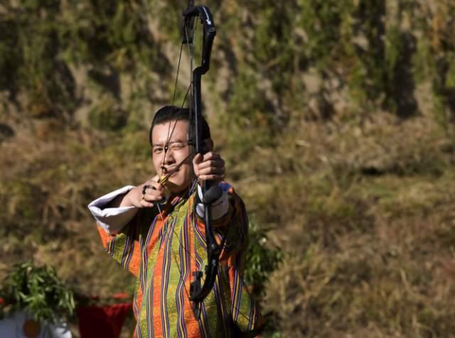 Джигме Кхесар Намгьял Вангчук, король Бутана (38 лет). В юности монарх обожал футбол, но ввиду своего высокого положения ему пришлось отказаться от этого вида спорта - противники не решались отбирать мяч у короля, а партнеры по команде до оцепенения боялись подвести его.