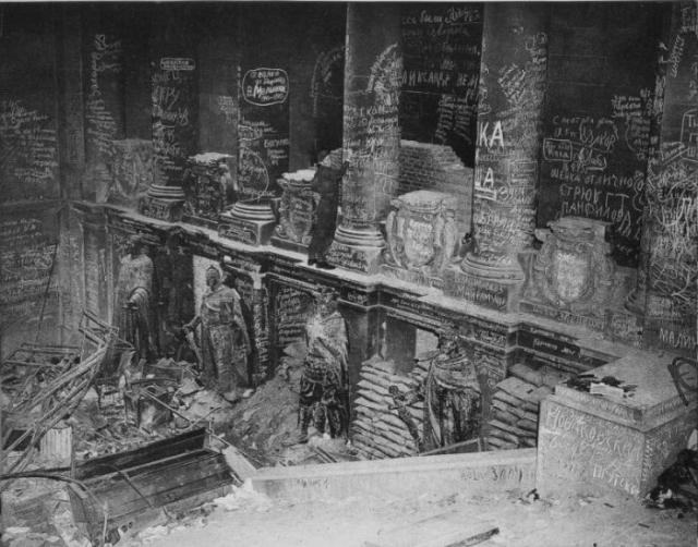 Британский солдат оставляет свой автограф среди автографов советских солдат внутри Рейхстага.
