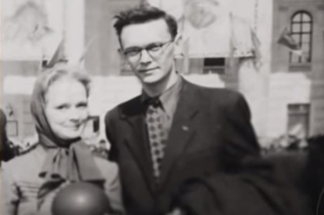 ...Свадьба была скромная, дома, у нас в коммунальной квартире. Пришли родственники, знакомые, студенты. Мы сняли комнату. Леня был сталинский стипендиат, получал 800 рублей...