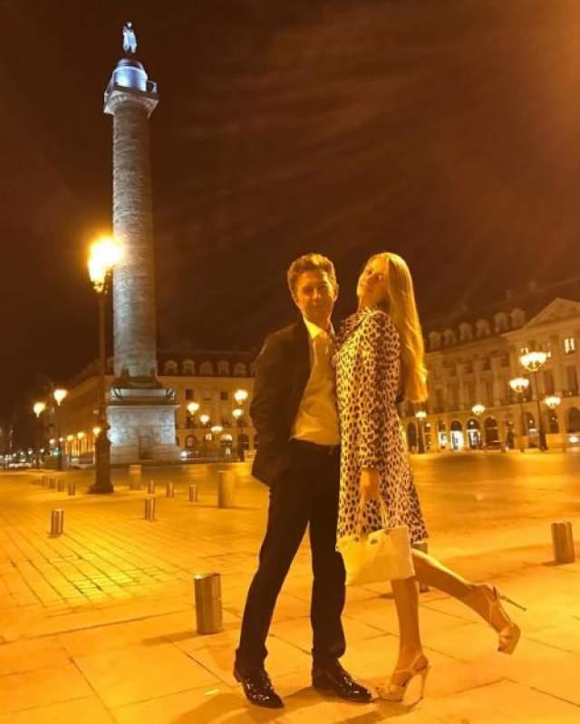 Виола нередко выставляет фото со звездными родителями. Вместе они иногда путешествуют по жарким странам и по ставшей родной для девушки Европе.