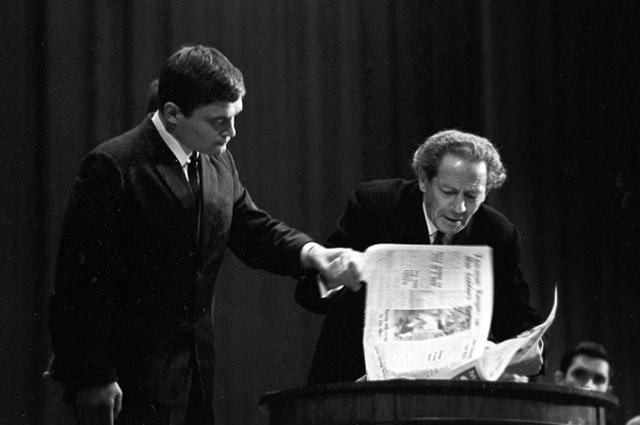 В 1937 году Мессинг публично предсказал гибель Гитлера, который назначил премию в 200 000 марок за его голову. Два года спустя, после вторжения нацистов в Польшу, бежал из Варшавы в телеге, заваленной сеном, а затем через Буг в СССР.