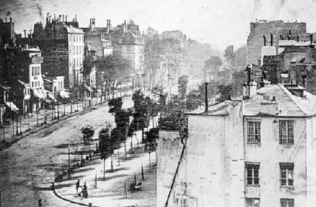 9. Кто был первым человеком, попавшим на фотоснимок? В 1838 году один парижанин решил почистить туфли на бульваре Тампль и случайно попал в историю. В этот самый момент Луи Дайер, который тогда экспериментировал со своими знаменитыми дагерротипами, находился на крыше дома по соседству и снимал улицу.