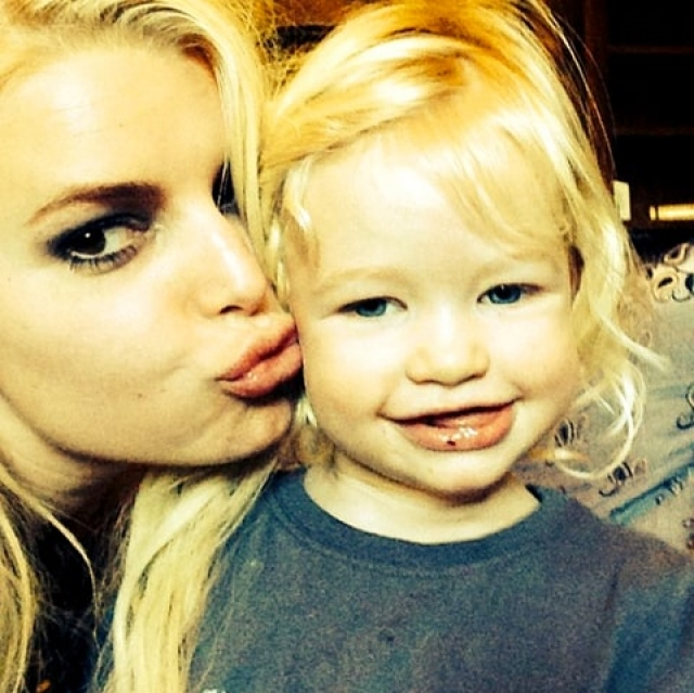 Джессика Симпсон. Певица и модель с радостью и гордостью делится милыми фото дочери Максвел Дрю.