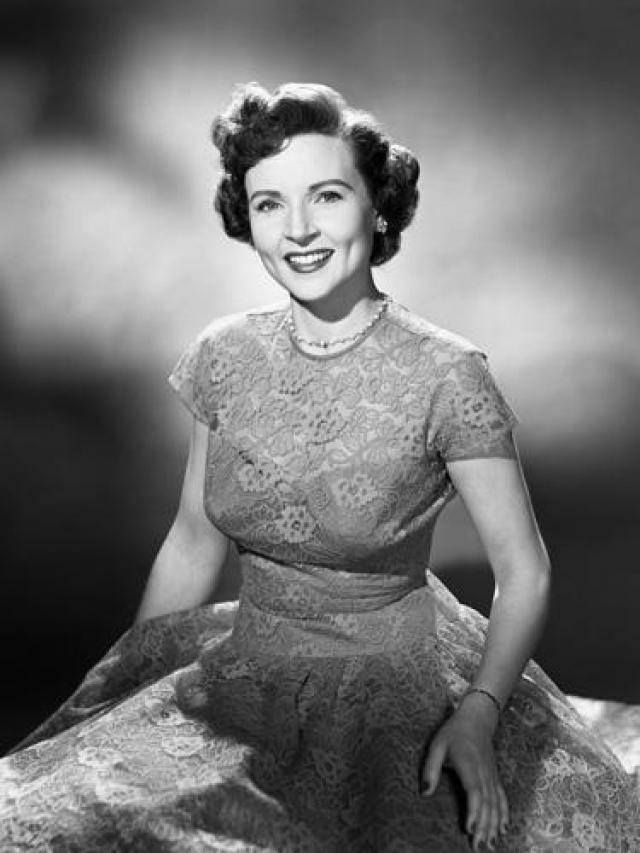 Бетти Уайт. Актриса - ветеран американского телевидения, начавшая работать еще когда формат телевещания был в зачаточном состоянии в конце 30-х годов.