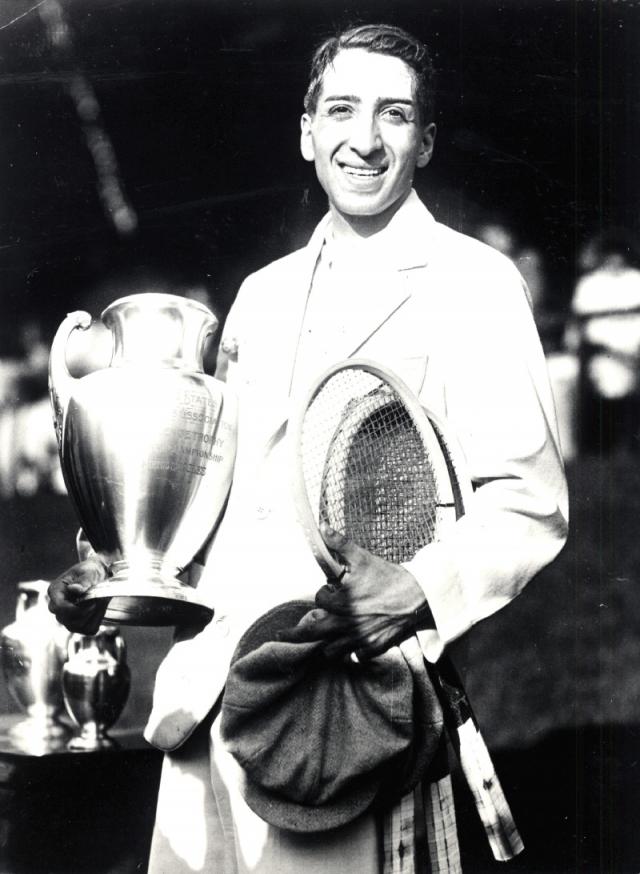 """В 1927 году, во время кубка Дэвиса, американская пресса прозвала Лакоста """"аллигатором"""" из-за спора о чемодане из крокодиловой кожи: капитан французской сборной по теннису обещал Рене крокодиловый чемодан, если тот выиграет турнир."""