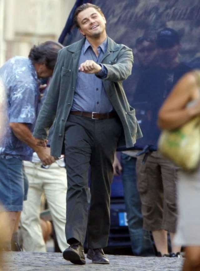 Веселый Лео . В 2010 году Леонардо Ди Каприо засняли на съемочной площадке фильма «Начало», когда тот вышел на перерыв, выйдя из образа депрессивного похитителя чужих тайн и сновидений Кобба.