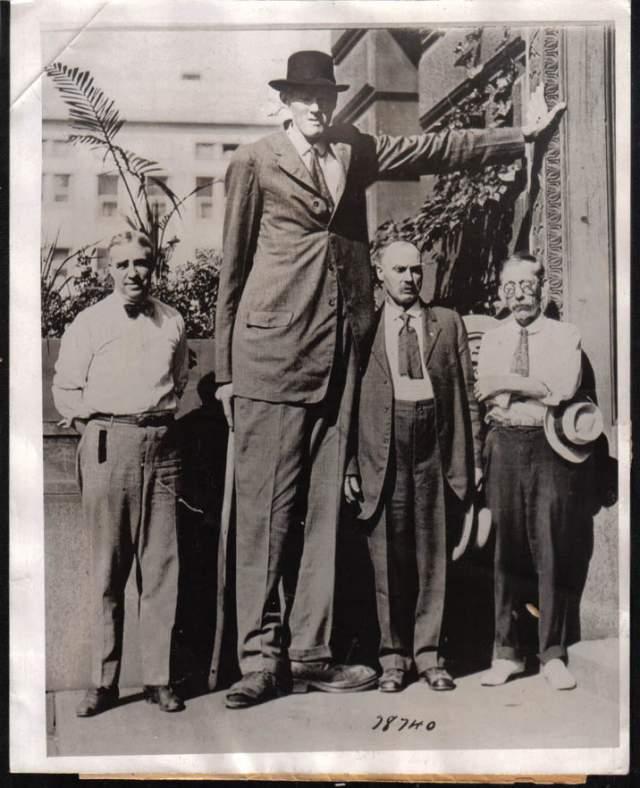 Бернард Койн, 1897-1921, США. Рост 2,49 метра. Американец страдал болезнью, при которой быстрый рост сопровождался отставанием в половом развитии.
