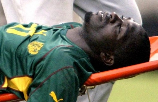 В течение 45 мин., уже за кромкой поля, врачи боролись за жизнь 28-летней звезды африканского футбола, но все было тщетно. Причиной смерти стал сердечный приступ.