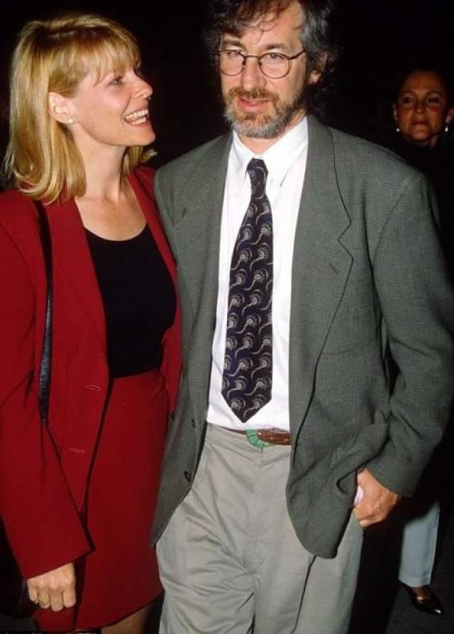 """Свою вторую жену режиссер встретил на кастинге фильма """"Индиана Джонс и Храм судьбы"""". Ей стала актриса Кейт Кэпшоу (исполнила роль Уилли Скотт, спутницы героя Харрисона Форда). Пара поженилась в 1991-м году и остается вместе и по сей день. На фото: Стивен Спилберг и Кейт Кэпшоу в 1991 году"""