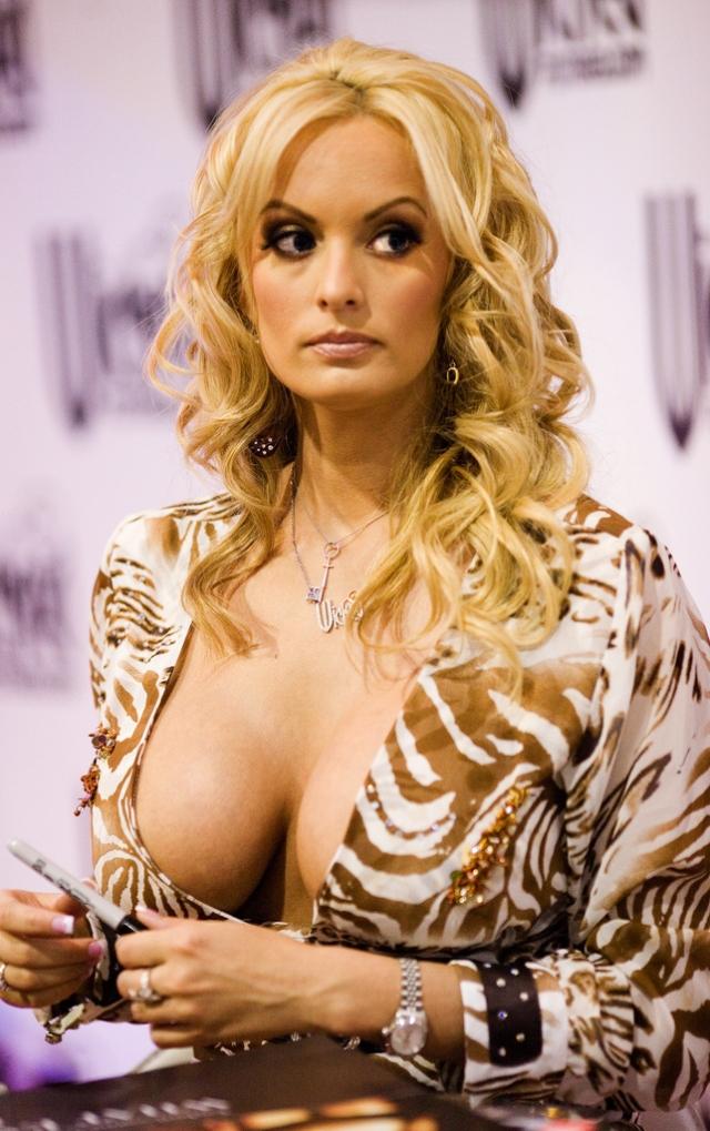 """Сторми Дэниэлс. На счету этой американской порнозвезды, режиссера и сценариста """"фильмов для взрослых"""" немало наград за вклад в порноиндустрию. За свою порнокарьеру Сторми снялась в более 140 фильмах и является режиссером 36 порнолент."""