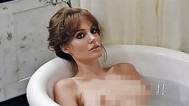 Сейчас Джоли не снимается без одежды и следит за имиджем верной спутницы и скромной мамы, хотя в этом году и показала новую грудь в кинокартине .