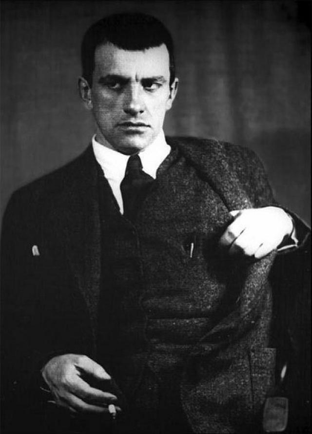Владимир Маяковский , по воспоминаниям современников, пристрастия к алкоголю не имел, но зато употреблял кокаин и страдал от всевозможных маний, граничащих с помешательством.