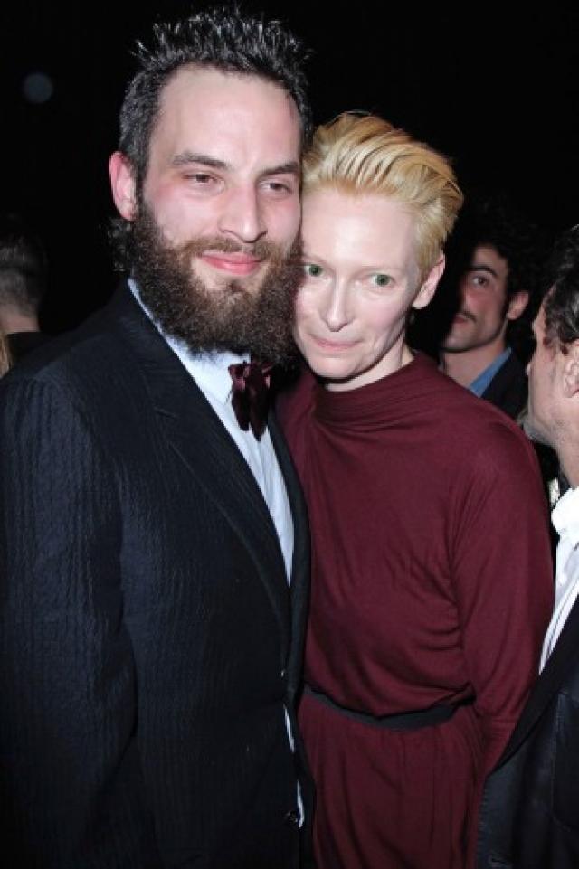 Пара счастливо живет в скромном домике в Шотландии и вместе растит детей актрисы.