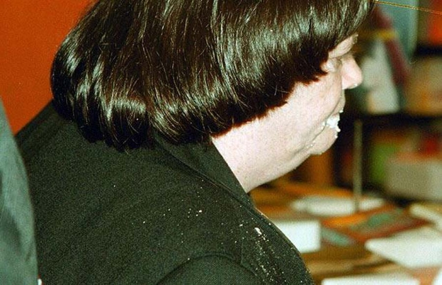 Апрель 2000: тогдашнему теневому министру внутренних дел Энн Виддкомб досталось горчичным пирогом в лицо, когда она подписывала свои книги в Оксфорде.