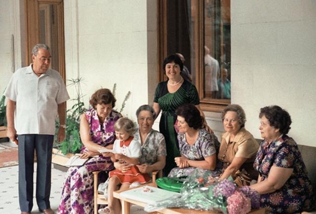 Брежнева предпочитала вести тихую роль домохозяйки, занимаясь детьми и готовкой.