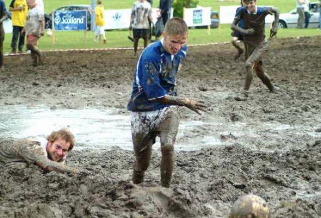 Чемпионат по футболу в грязи. Очень зрелищное соревнование является национальным шотландским видом спорта, который проводится с незапамятных времен. Правила те же, что и в обычном футболе, отличается лишь поле.