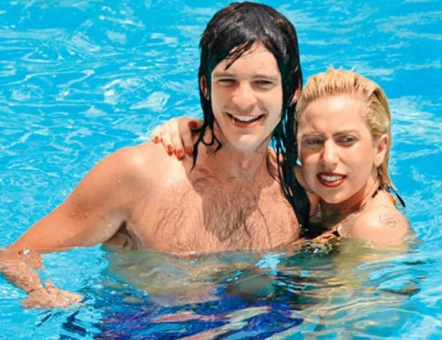До Кинни, в 2009 году, Леди Гага встречалась со своим креативным директором Мэттью Уильямсом, но вскоре они расстались. После она встретила Люка Карла, который не был связан с шоу-бизнесом и работал обычным барменом (на фото).
