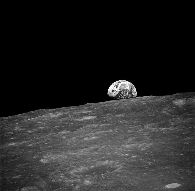 """""""Восход Земли"""", впервые сфотографированный с лунной орбиты Аполлоном-8."""
