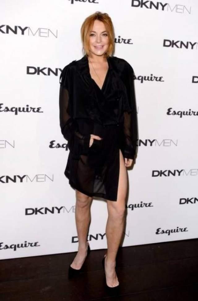 Скандальная американская актриса Линдси Лохан появилась на вечеринке в Лондоне изрядно навеселе, при этом одета она была в плащ на голое тело.