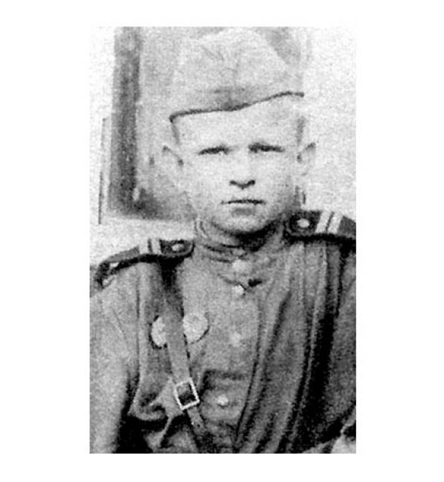 Вася Курка. 23 октября 1941 года 16-летний комсомолец был зачислен в 726-й стрелковый полк 395-й стрелковой дивизии. Он прошел славный боевой путь обороняя Донбасс и Северо-Западный Кавказ, и от Туапсе до Сандомира, освобождая Кубань, Тамань, Правобережную Украину и Польшу.