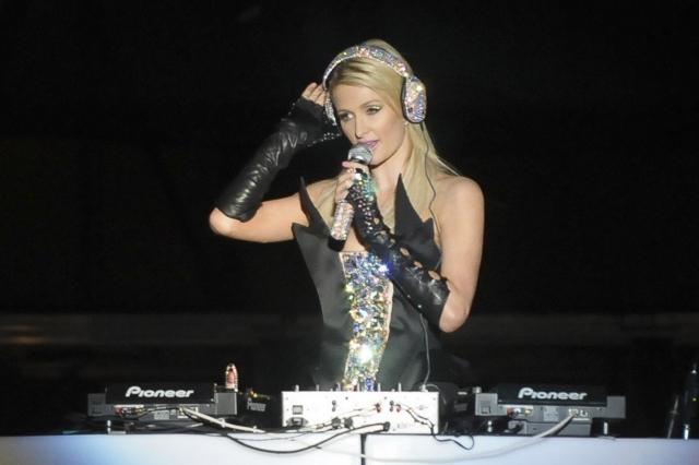 В 2014 Пэрис провела свой DJ-сет в одном из клубов на острове Ибица, получив рекордный гонорар в миллион долларов.