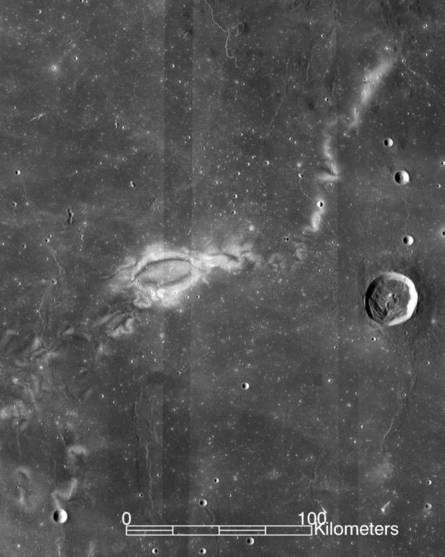 Новые исследования NASA показали, что на Луне есть таинственные закрученные узоры из светлых и темных пятен. Они найдены более чем в сотне различных мест на всей поверхности.