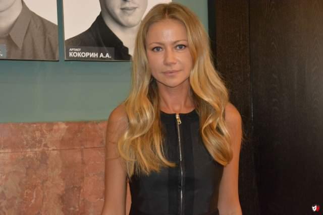 Окончив среднюю школу, поступила в Высшее театральное училище им. Б.В. Щукина, а после рождения сына перевелась во ВГИК. Снимается в кино, играет в театре.