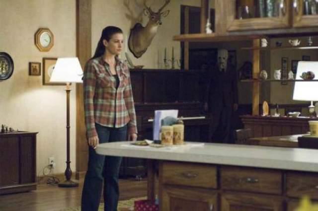 """""""Незнакомцы"""" В этом фильме молодая пара находится в изолированном доме. Их терроризирует группа странных людей в масках, с явным намерением убить."""