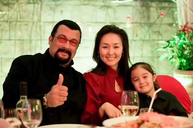 На момент неожиданного каминг-аута актер уже 3 года состоял в браке с Эрдэнэтуяа Бацук, а их сыну исполнился год и 2 месяца. С женой - манголкой по национальности- Стивен познакомился во время поездки в Монголию.