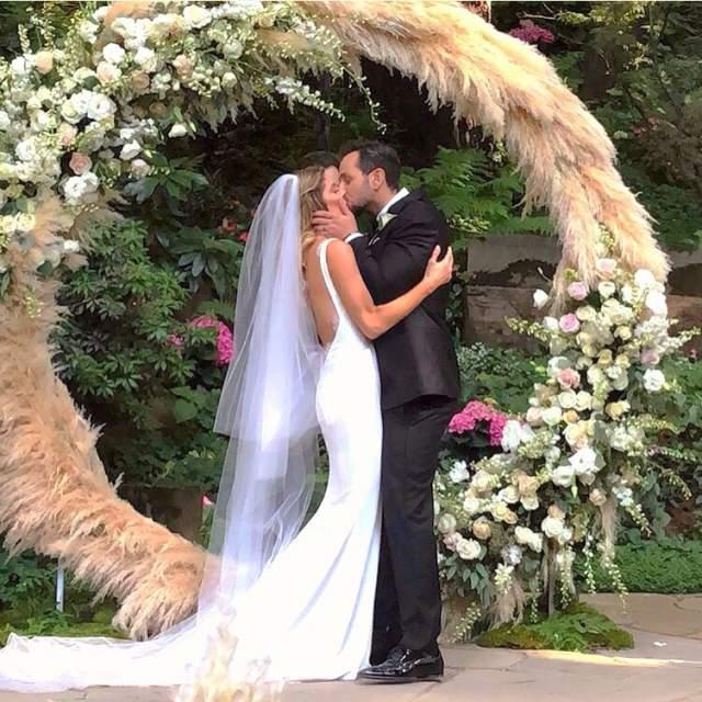 Молодые сыграли свадьбу в калифорнийском городе Сан-Хосе на глазах у 120 гостей. Не обошлось торжество и без звездных друзей пары, на свадьбе были замечены Лиам Хемсворт, Зак Эфрон, Бриттани Сноу и коллега Эшли по вампирской саге Роберт Паттинсон.